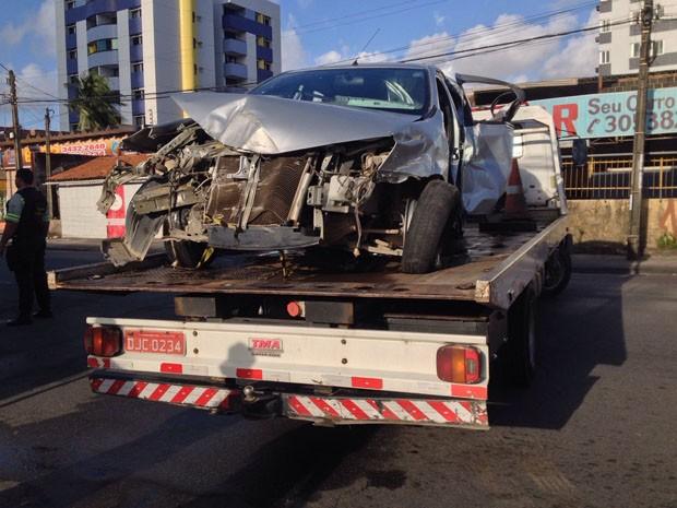 Carro ficou destruído e preciso ser retirado por guincho (Foto: Kety Marinho/TV Globo)