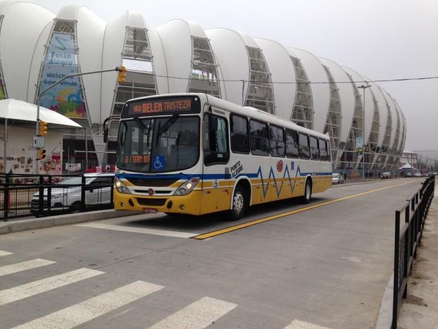 Corredor de ônibus é liberado na Avenida Padre Cacique, em Porto Alegre (Foto: Fernanda Canofre/G1)