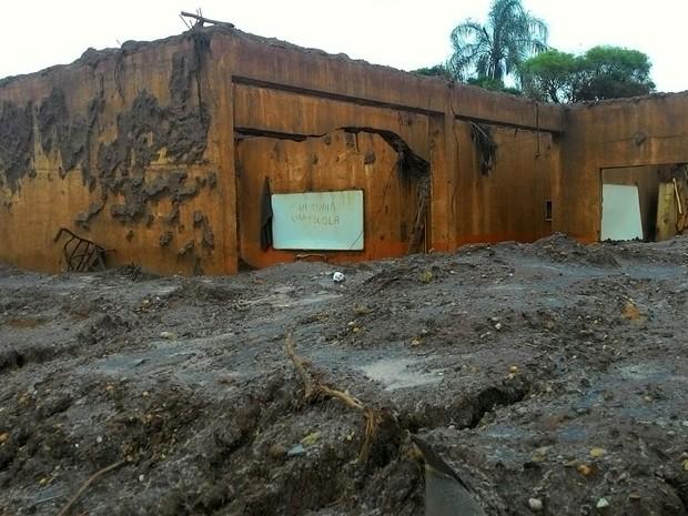 """24/11 - Rejeitos da Samarco destuíram escola em Bento Rodrigues, em Mariana. Detalhe para o escrito no quadro: """"aqui tinha uma escola""""  (Foto: Aline Aguiar/ TV Globo)"""