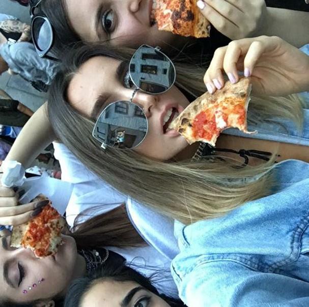 Fãs mostram pizza que Gaga enviou (Foto: Reprodução)