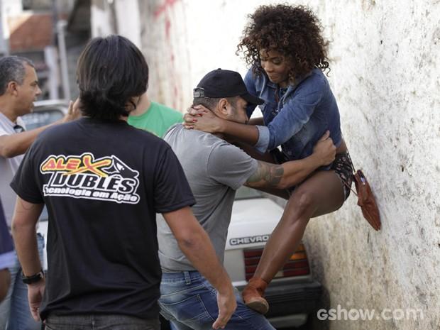 Érika recebe dicas de defesa pessoal e mostra atitude e habilidades (Foto: Raphael Dias / TV Globo)