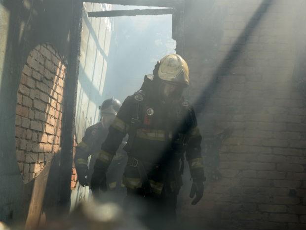 Incêndio atingiu casa abandonada na rua Comendador Oetterer, em Sorocaba (Foto: Júlio Leite)