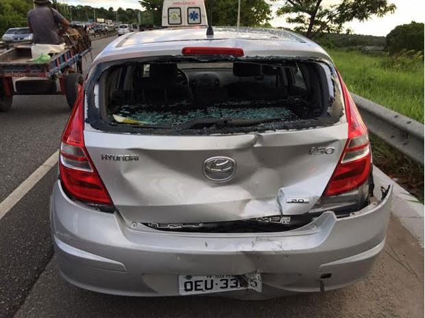 Veículo parou durante abordagem polícial e motocliceta colidiu na sua traseira (Foto: Walter Paparazzo/G1)