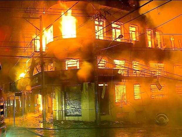 Incêndio atingiu supermercado e quatro prédios em Passo Fundo, RS (Foto: Reprodução/RBS TV)