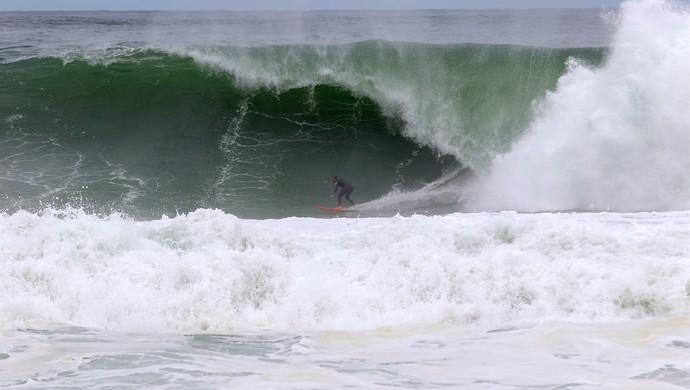 Raoni Monteiro surfa ondas pesadas na Barrinha, em Saquarema, um dos palcos da etapa brasileira do Circuito Mundial de Surfe  (Foto: Nilton Gibão)