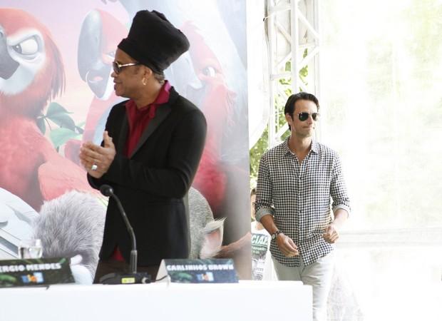 Carlinhos Brown e Rodrigo Santoro na coletiva do filme RIO 2 (Foto: Marcos Serra Lima / EGO)