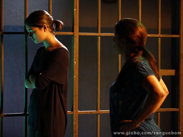 Criminosa provoca Amora (Foto: Inácio Moraes / TV Globo)