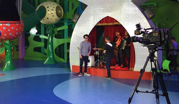 Thiago Brava passando o som para as gravações (Foto: Raul Neto)