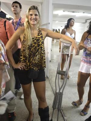 Jovem curte carnaval mesmo com a perna quebrada em Vitória. (Foto: Geovana Chrystêllo/ G1)