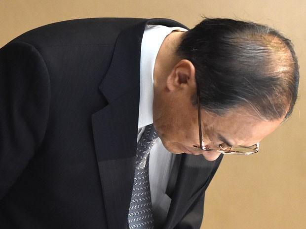 Masashi Muromachi, presidente do conglomerado Toshiba, cumprimenta a imprensa antes de coletiva em Tóquio, nesta segunda-feira (Foto: AFP)