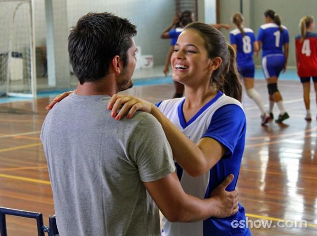 Luiza comemora jogo com o namorado e adora pedido inusitado (Foto: Em Família/ TV Globo)