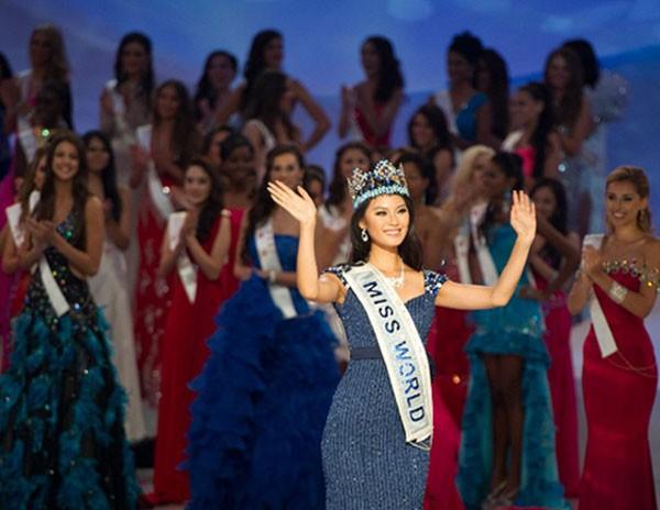 Chinesa Yu Wenxia acena ao público após vencer a competição de Miss Mundo 2012 (Foto: Ed Jones/AFP)