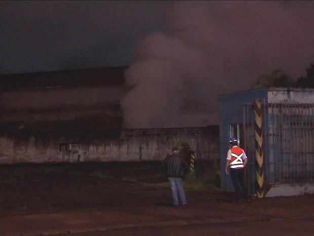 Fumaça assustou moradores no Estuário (Foto: Reprodução/TV Tribuna)