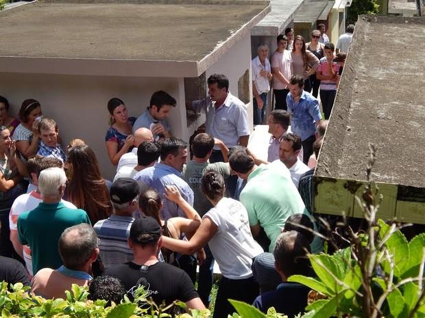 Enterro dos seis corpos ocorreu no final da manhã desta sexta (27) (Foto: Laion Espíndula/G1)