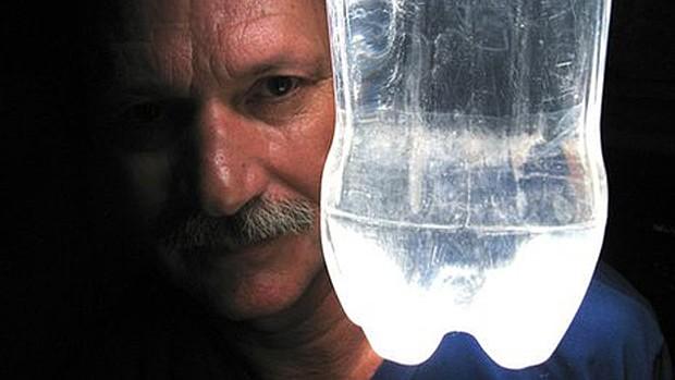 A ideia de Moser já é utilizada em mais de 15 países onde energia é escassa (Foto: BBC)