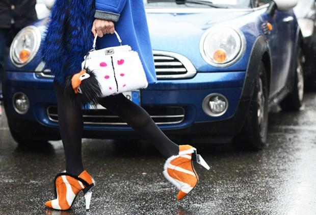 Na bolsa e nos sapatos: a pele invade os acessórios mais desejados da temporada (Foto: Tommy Ton/Reprodução)