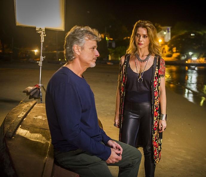 Letícia Spiller e Marcello Novaes, como Lenita e Vittorio, durante as gravações de 'Sol Nascente' em Búzios (Foto: TV Globo / João Miguel Júnior)
