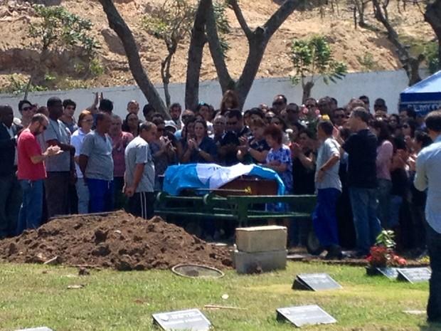 Delegada é enterrada em cemitério da Zona Oeste do Rio (Foto: Henrique Coelho/G1)
