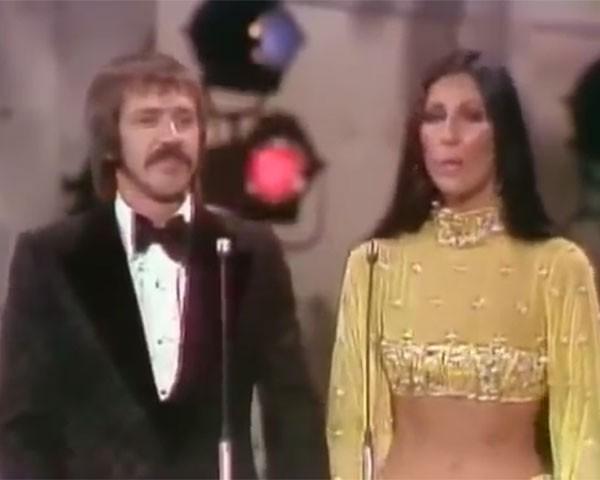 Cher e Sonny Bono, no Oscar de 1973 (Foto: Reprodução / Youtube)