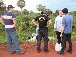 Polícia Civil realiza a perícia no carro utilizado pelos assaltantes (Foto: Patrícia Andrade/G1)