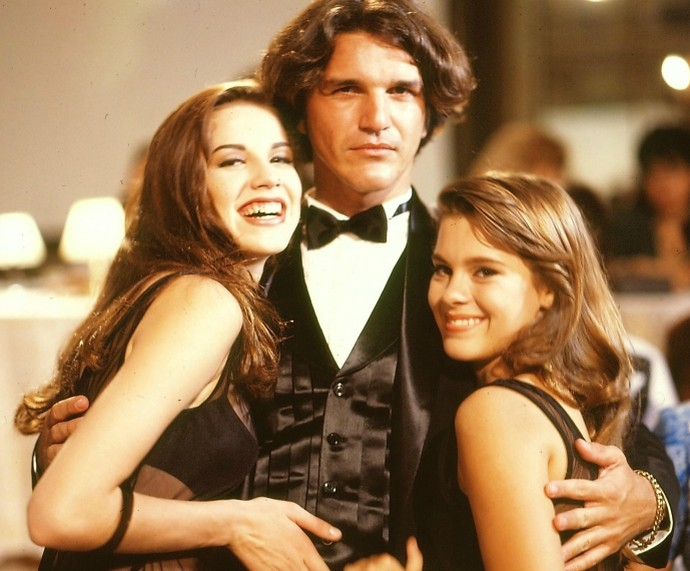 Carolina, aos 14 anos, nos bastidores de Sex Appeal. Na foto, atriz está ao lado de Luana Piovani e Rômulo Arantes (Foto: CEDOC)
