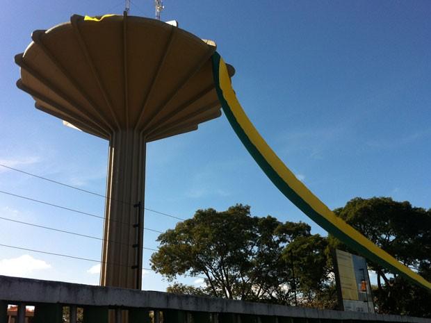 Caixa d'água de Ceilândia está enfeitada com uma faixa verde amarelo (Foto: Káthia Mello/G1)