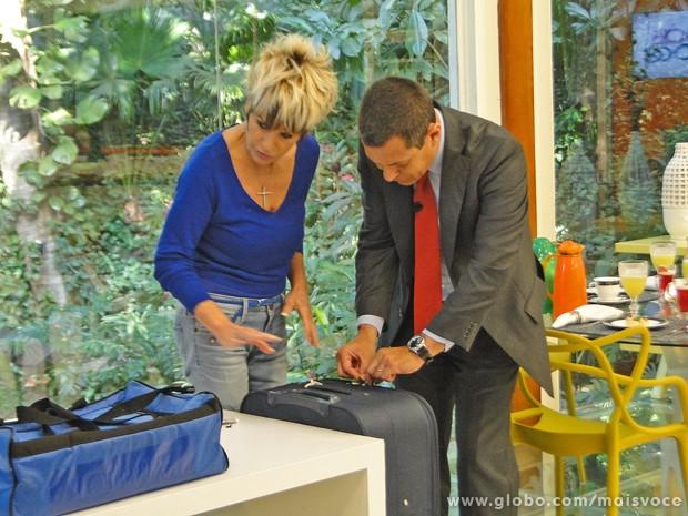 Ana Maria mostra mala com sistema de antifurto no zíper (Foto: Mais Você / TV Globo)