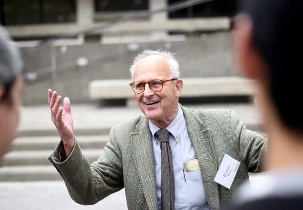 Professor de física Rainer Weiss fala com alunos antes de palestra, na Universidade da Califórnia em Berkeley, nos Estados Unidos. Ele recebeu o prêmio Nobel de Física (Foto: Noah Berger/Reuters)
