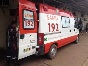 Vítima foi encaminhada para o HE de Macapá em ambulância do Samu (Foto: John Pacheco/G1)