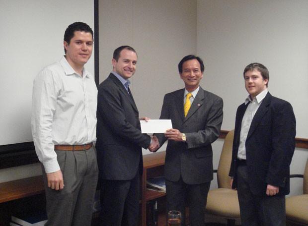 Em imagem de arquivo de 2008, Leonardo Teixeira, Jason Springs e Diego Rey, da GeneWeave BioSciences recebem prêmio de empreendedorismo na Universidade de Cornell. (Foto: Divulgação)