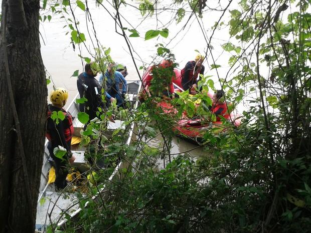 Carro caiu no Rio Itajaí (Foto: Fabio Bublitz/RBS TV)