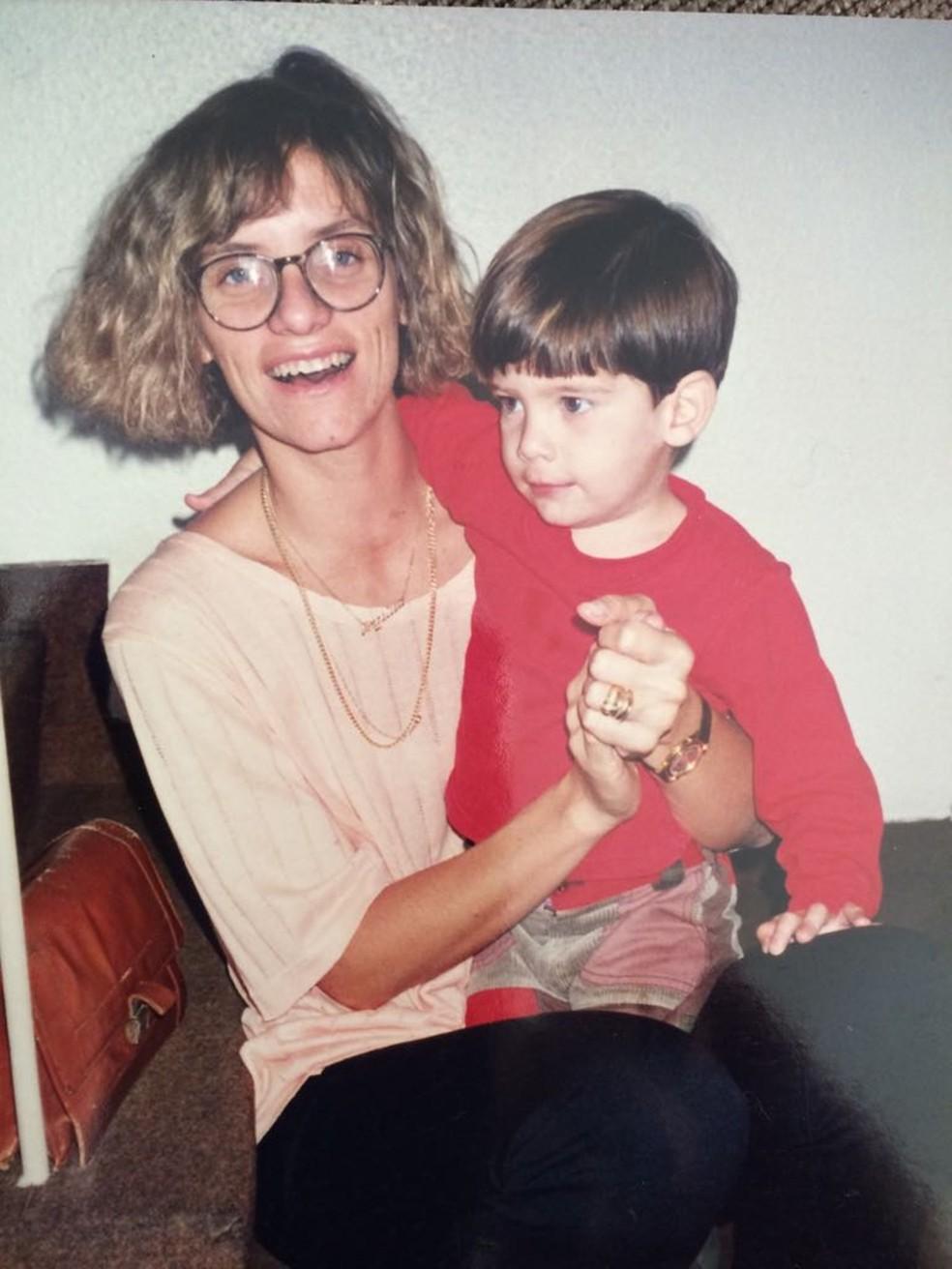 Lica abraça o filho Júlio quando ele ainda era pequeno (Foto: Arquivo Pessoal/ Angélica Campolim)