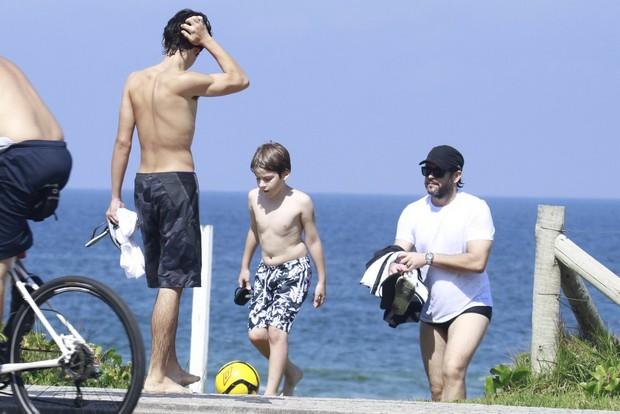 Murílo Benício e filhos na praia da Barra da Tijuca, RJ (Foto: Dilson Silva  / Agnews)