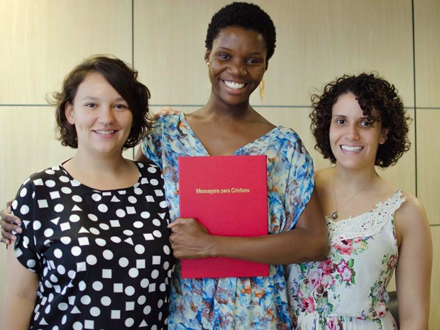 Daniela Paiva, Cristiane Damascena, com o livro, e Daniela Duarte (Foto: Daniela Duarte/Arquivo pessoal)