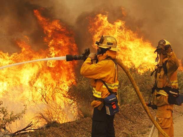Bombeiros trabalham no combate ao fogo da costa da Califórnia ao norte de Los Angeles nesta sexta-feira (3) (Foto: REUTERS/Jonathan Alcorn)