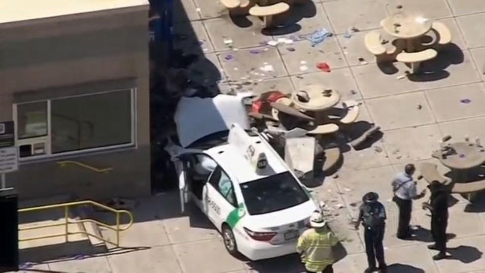 Imagem mostra taxi que atropelou pedestres perto de ponto de taxi no aeroporto de Boston, nos Estados Unidos (Foto: Reuters)
