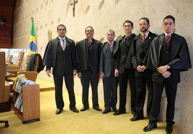 Auxiliares dos ministros do Supremo. Entre as funções deles estão vestir togas, servir café e transportar processos (Foto: Imprensa / STF)