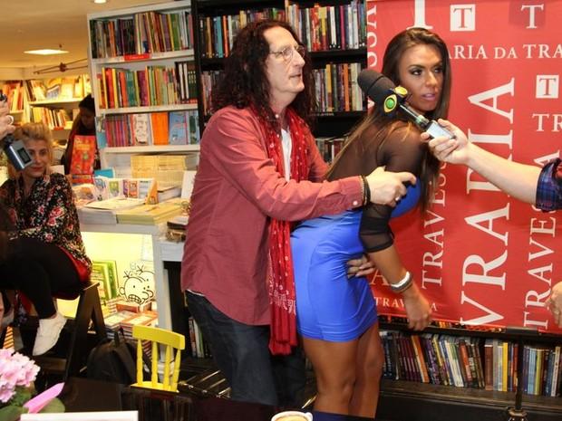 Gerald Thomas  e Nicole Bahls em lançamento de livro no Rio (Foto: Anderson Borde/ Ag. News)