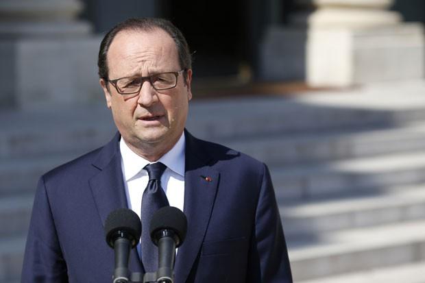 O presidente da França, Francois Hollande, fala sobre a queda do avião da Air Algérie nesta sexta-feira (25) em Paris (Foto: Kenzo Tribouillard/AFP)