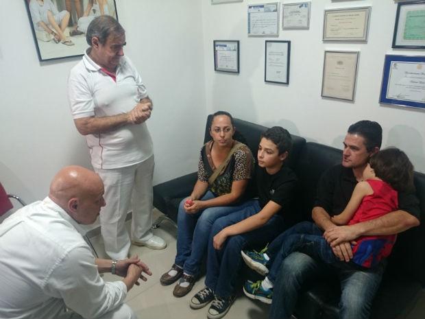 Menino foi com a família provar prótese em Sorocaba (Foto: Ana Carolina Levorato/G1)