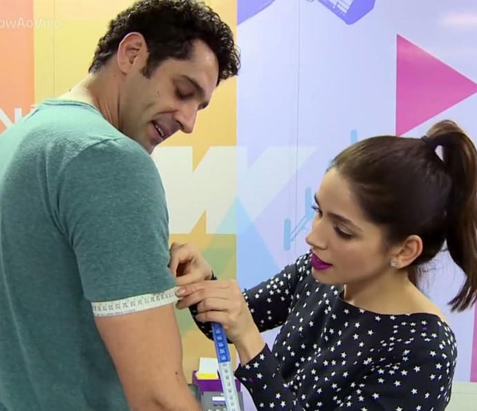 Sabrina Petraglia tira as medidas de João Baldasserini (Foto: TV Globo)