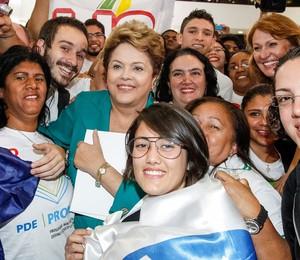 Presidente ao lado de estudantes durante a cerimônia de sanção da Lei dos Royalties (Foto: Roberto Stuckert Filho/PR)