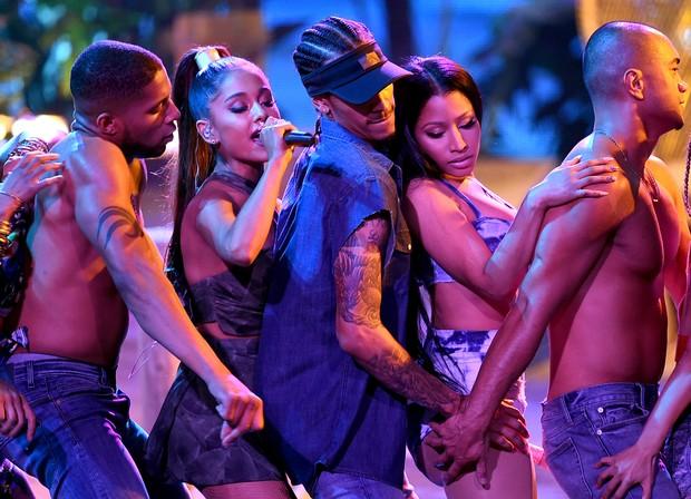 Ariana Grande e Nicki Minaj com dançarinos (Foto: AFP)