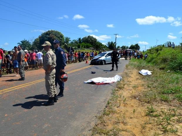 Carro capotou e caiu em um barranco, próximo a Rodrigues Alves (Foto: Genival Moura/G1)