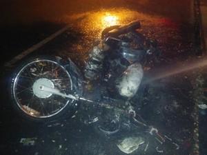 Moto ficou totalmente destruída pelo fogo (Foto: Fernando Brito/G1)