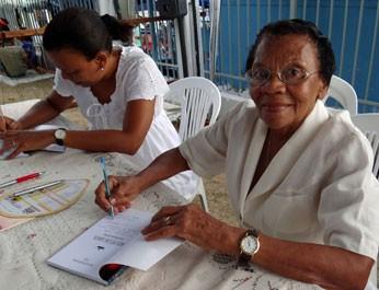 A aposentada Severina Paiva de Santana, a Dona Sevi, é homenageada na Festa do Morro pelos serviços prestados à comunidade. (Foto: Katherine Coutinho / G1)
