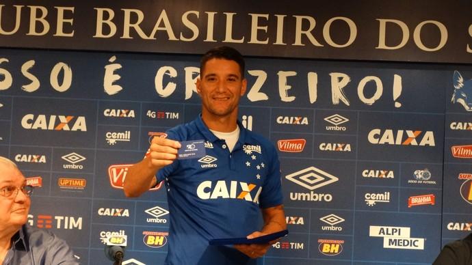 THiago Neves exibe cartão de sócio torcedor (Foto: Maurício Paulucci)