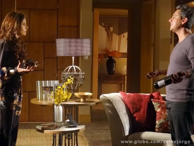 Helô diz a Stenio que está desconfiada de Pepeu e Drika (Foto: Salve Jorge/TV Globo)