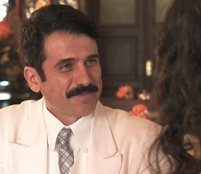 Cínico! Ernesto faz 'teatrinho' para enganar Filomena (Foto: TV Globo)