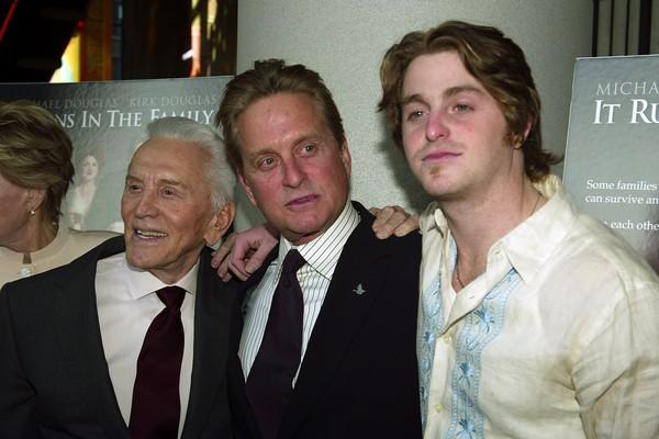 Kirk Douglas, Michael Douglas e Cameron Douglas em foto de 2003 (Foto: Getty Images)